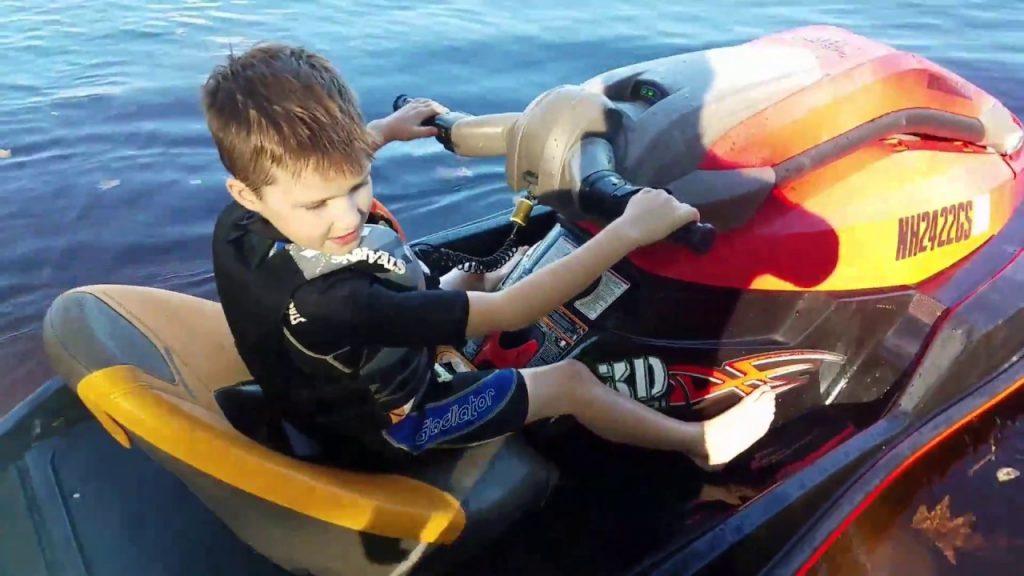 La pratique du jet ski pour un enfant de 6 ans